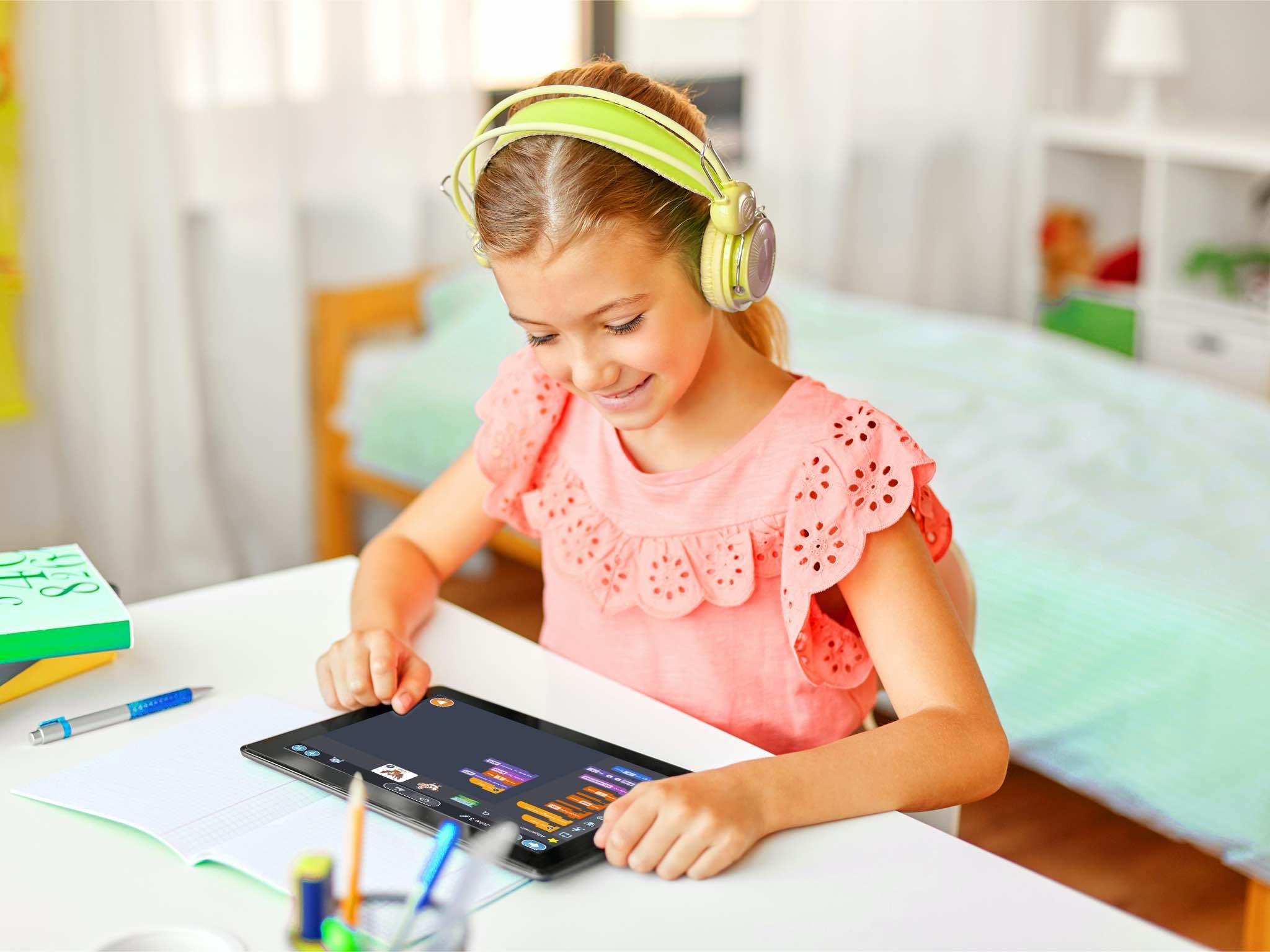 Mädchen spielt ein Spiel auf einem Tablet.